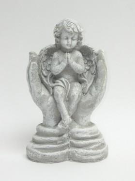 Anjel sediaci v dlani